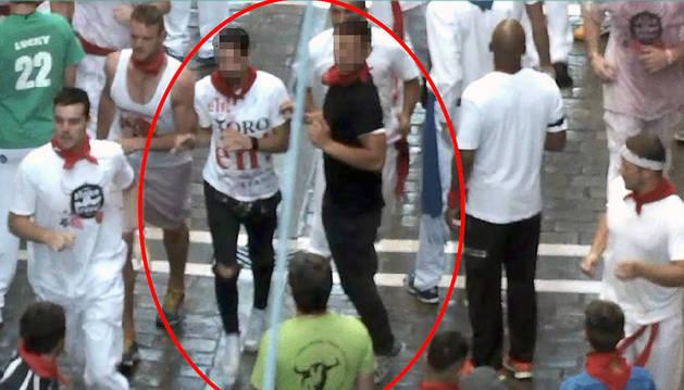 Violación en San Fermín | Dentro del círculo, dos de los procesados se disponen a correr el encierro poco antes de ser detenidos.