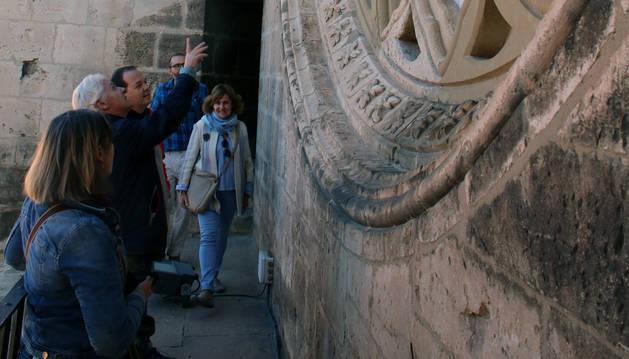 Luis Durán da explicaciones a los visitantes en el balcón situado bajo el rosetón de la catedral.