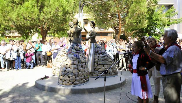 Carla García Pérez, de 10 años, cantando durante el acto en honor a las mujres.