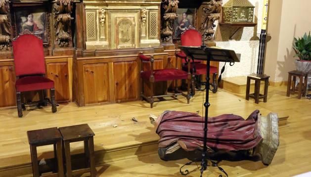 El patrón de Ribaforada, San Bartolomé, en el suelo tras el ataque.