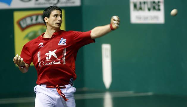 Julen Retegui le golpea a una pelota durante un partido anterior del Manomanista.