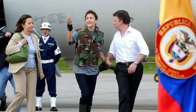 Foto de archivo del día 2 de julio de 2008 que muestra a la franco-colombiana Ingrid Betancourt (centro) junto al ministro de Defensa de Colombia, Juan Manuel Santos.
