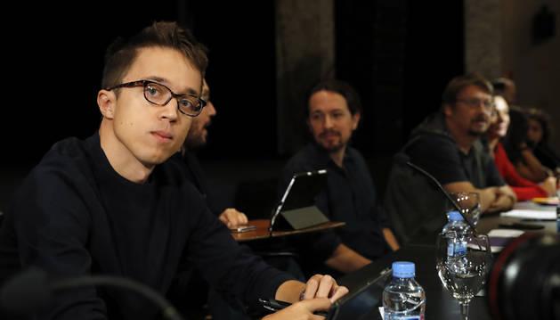 Foto del Íñigo Errejón, junto al secretario general, Pablo Iglesias, y el secretario de Organización, Pablo Echenique.