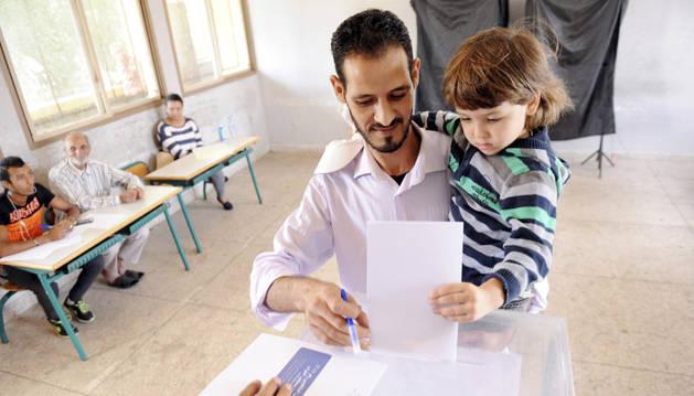 Marroquíes votan durante las elecciones legislativas en un colegio electoral en Rabat, Marruecos