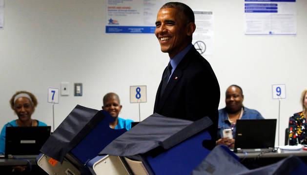 Obama vota por anticipado en las elecciones presidenciales de noviembre