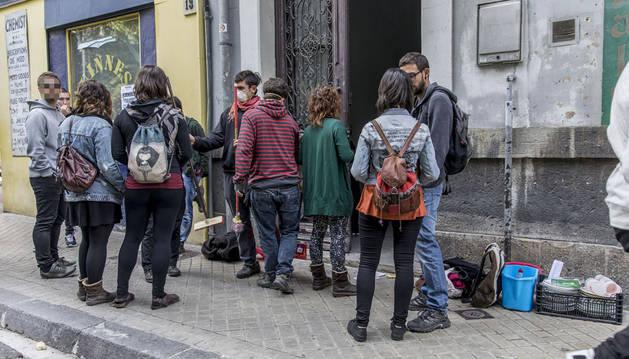 El grupo de jóvenes frente al edificio deshabitado del Paseo de Sarasate.