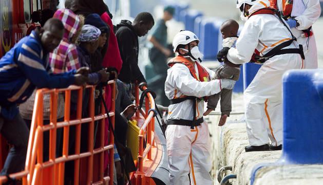 Interceptan una patera con 56 inmigrantes subsaharianos en el mar de Alborán