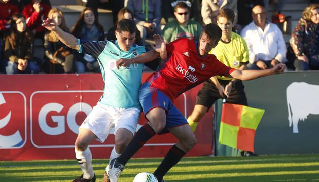 Endika Galarza, central de Osasuna Promesas, pugna por un balón con Sergio Ruiz, centrocampista del Racing de Santander.