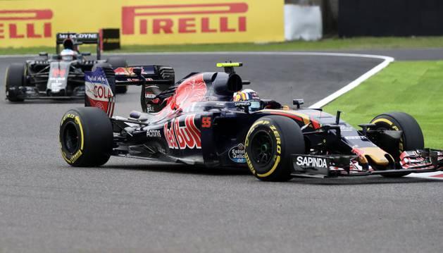 Carlos Sainz Jr. toma una curva seguido por Fernando Alonso en el GP de Japón