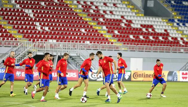 Nacho Monreal junto al resto de sus compañeros en el entrenamiento previo al partido ante Albania