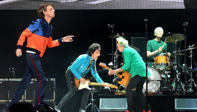 Mick Jagger (L) conduce los Rolling Stones durante el festival Desert Trip (Viaje Desierto) en Indio, California