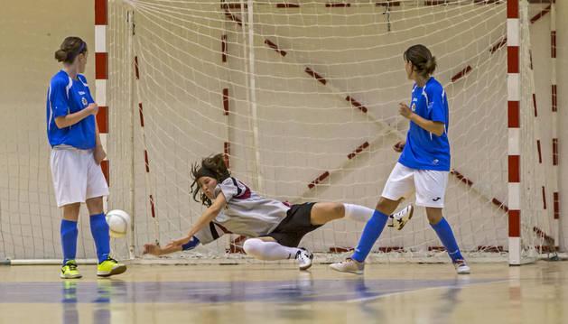 La portera del Txantrea, María Goñi, se estira para capturar el balón en un partido anterior en Arrosadía.