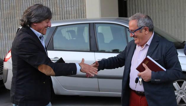Foto de Enrique Martín y Luis Sabalza se estrechan la mano tras pactar la renovación del técnico.