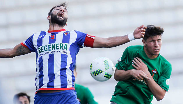 El ariete gaditano del Izarra, Pito Camacho, pugna por el balón con un jugador del Racing de Ferrol, ayer en A Malata.