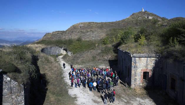 El grupo atiende las explicaciones del guía, poco antes de adentrarse en las galerías del fuerte.
