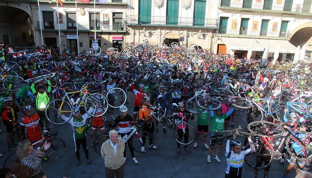 BICIS EN ALTO Los participantes levantaron sus bicicletas en la plaza de los Fueros de Tudela para pedir más seguridad para los ciclistas.