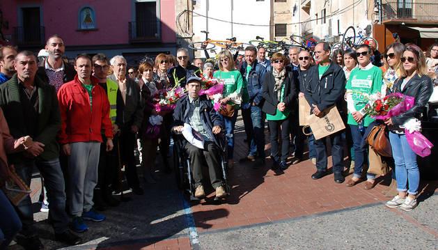 Autoridades y familiares de ciclistas fallecidos y, delante, Antonio Salcedo, que sufrió un accidente en 2009.