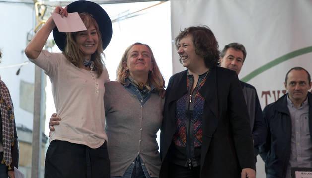 Mikela Echevarría, ganadora del concurso, junto a la alcaldesa de Arbizu y la consejera.