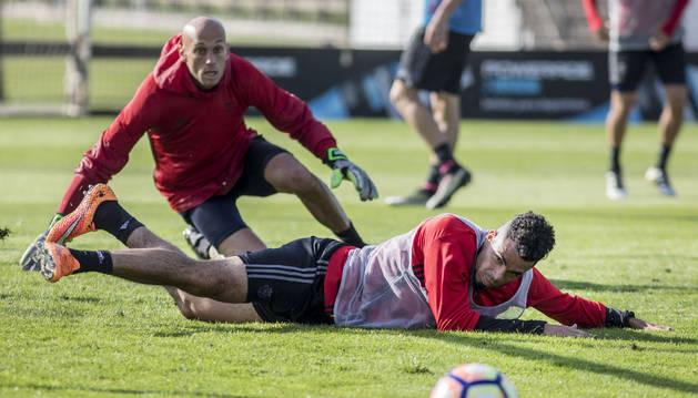 Riviere y Nauzet observan el balón en una acción en la que delantero y portero terminaron por los suelos.