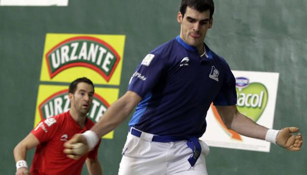 Joseba ezkurdia golpea a una pelota durante el partido de ayer en Lekunberri, con Iker Arretxe al fondo.