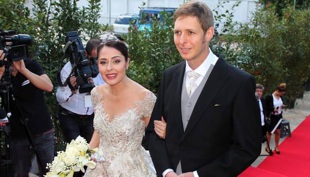 El príncipe albanés Leka Zogu II (dcha) y su esposa Elia Zaharia (izda) sonríen para una foto después de su boda celebrada en Tirana, Albania.
