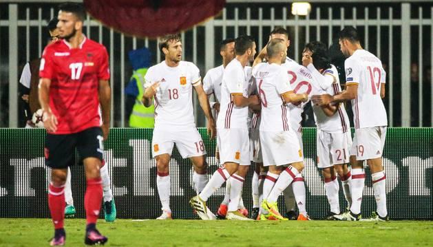 Los jugadores de la selección española celebran uno de los goles