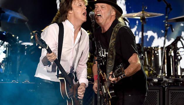 Paul McCartneyY  Neil Young, durante el concierto de este sábado en California.