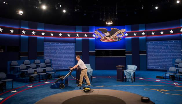 Los trabajadores dan los toques finales al escenario del debate donde se medirán los candidatos a la Casa Blanca, Donald Trump y Hillary Clinton, en la Universidad de Was
