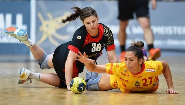 Lara González pelea un balón con