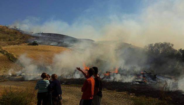 Varias personas en el lugar del incendio.