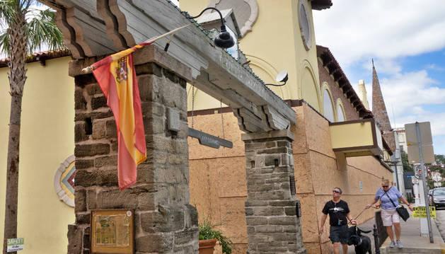 Vista de la bandera española que preside el inicio de la Calle Avilés de San Agustín luce destrozada tras el paso del huracán Matthew por la ciudad de San Agustín (Estados Unidos)
