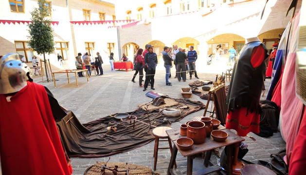 Armas, vestimenta y utensilios medievales se dieron cita en el patio del castillo de Marcilla.