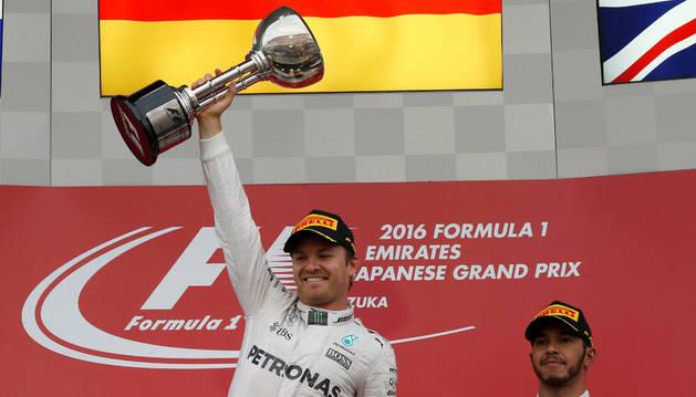 El conductor alemán de Mercedes Nico Rosberg celebra el haber ganado la carrera.