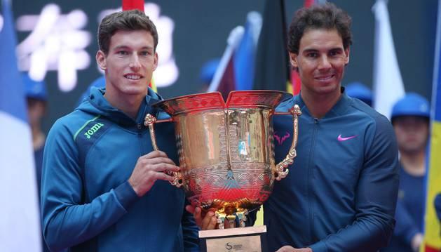 Carreño y Nadal con el trofeo de dobles del Torneo de Pekín