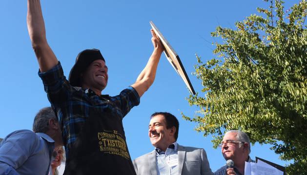 Carlos Iriguibel celebra el premio conseguido.