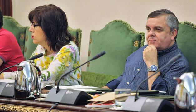 Eduardo Vall y Maite Esporrín, ediles del PSN. El primero defendió la declaración, ayer.