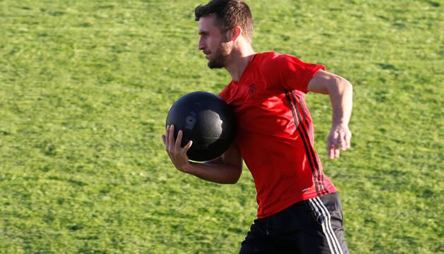 Oier Sanjurjo, con un balón medicinal, en el entrenamiento de ayer por la tarde.