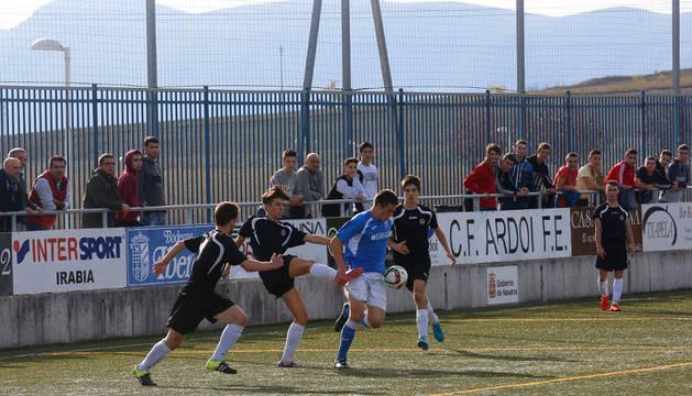 Una acción del partido entre el Ardoi y Txantrea disputado el pasado sábado.