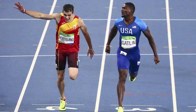 Bruno Hortelano cruza la meta junto a Justin Gatlin en las semifinales de 200m de Río