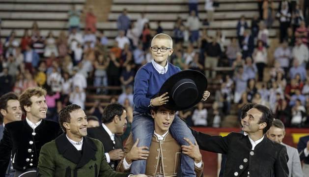 Adrián es llevado a hombros por los toreros en la Plaza de toros de Valencia.