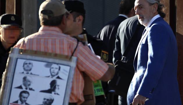 Imagen del presunto cabecilla de la trama Gürtel, Francisco Correa, es increpado por una persona a su llegada al juicio.