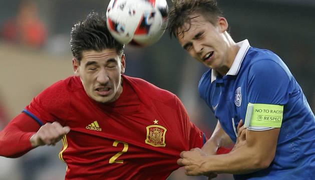 Imagen de Bellerín y Kuusk en el partido disputado este lunes.