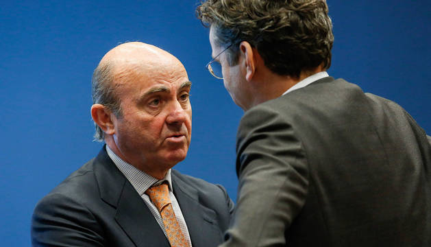 El ministro de Economía español, Luis de Guindos (i), habla con el presidente del Eurogrupo, Jeroen Dijsselbloem.