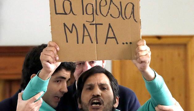 El activista Lagarder Daclau, durante su irrupción en la rueda de prensa del arzobispo de Madrid y nuevo cardenal, Carlos Osoro.