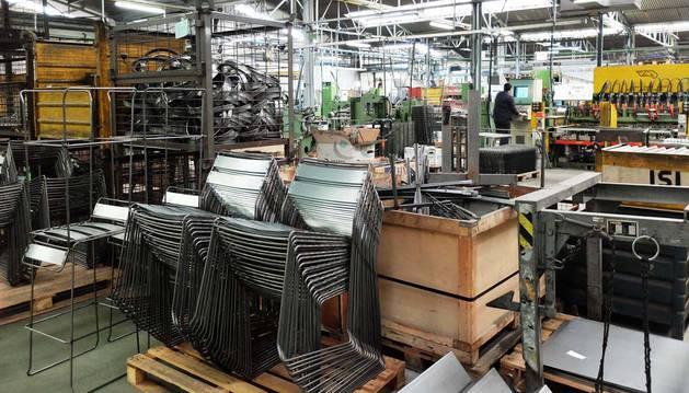 Interior de la nave de Noáin de Industrias San Isidro, dedicada a la fabricación de mobiliario.