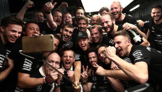 Varios miembros de Mercedes celebran su triunfo.