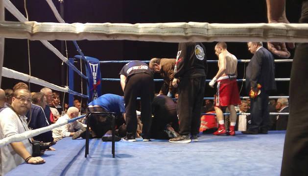 Momento en el que jueces y entrenadores rodean a Tejada tras desplomarse durante el combate