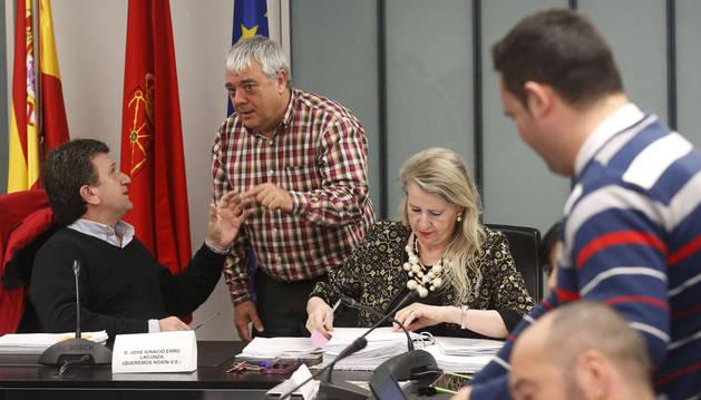 El portavoz de EH Bildu, Lorenzo Irisarri, de pie, habla en un pleno con el alcalde, José Ignacio Erro. A su lado, la secretaria y también de pie Nicolás Subirán, de I-E.