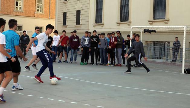 Un jugador se dispone a disparar a puerta durante uno de los partidos que se celebran en los recreos del colegio Jesuitas de Tudela.