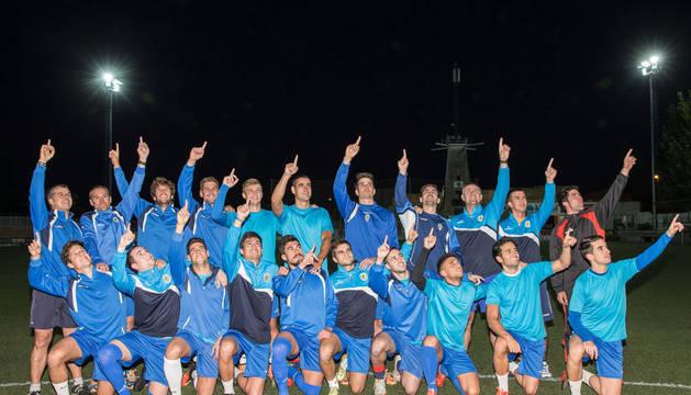 Los jugadores del CA Cirbonero posan apuntando a lo más alto en el entrenamiento celebrado sobre la hierba artificial del campo de San Juan.
